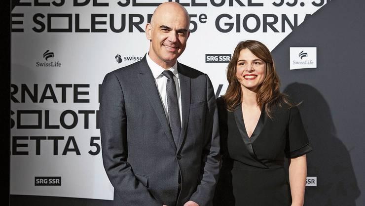 Kulturminister Bundesrat Alain Berset zusammen mit Anita Hugi, der neuen Direktorin der Solothurner Filmtage.