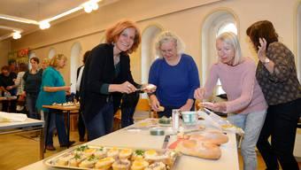 """""""Genuss statt Verdruss"""" im Rahmen der Aktionstage Psychische Gesundheit: Referentin Brigitte Rychen (links) beim Brötchenstreichen."""