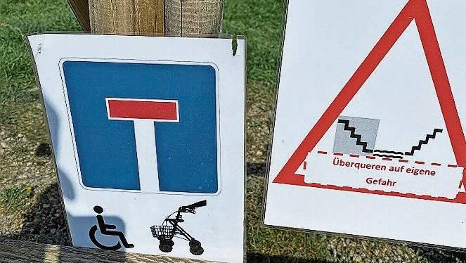 Die beiden Schilder, die an der Bünz Richtung Büelisackerkanal hingen, stammen nicht von den Gemeinden.