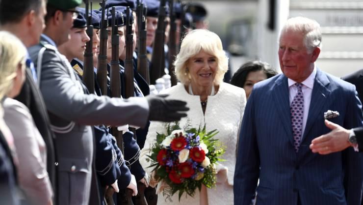 Charles Prince of Wales (rechts) und Camilla, Herzogin von Cornwall (Mitte), bei ihrer Ankunft in Berlin-Tegel