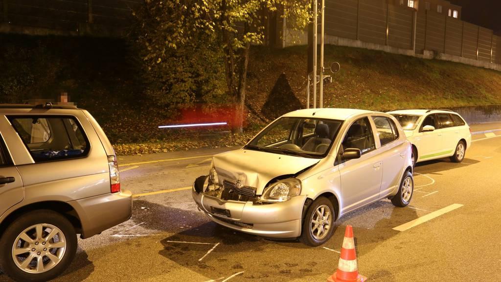 Zwei Personen verletzten sich beim Auffahrunfall.