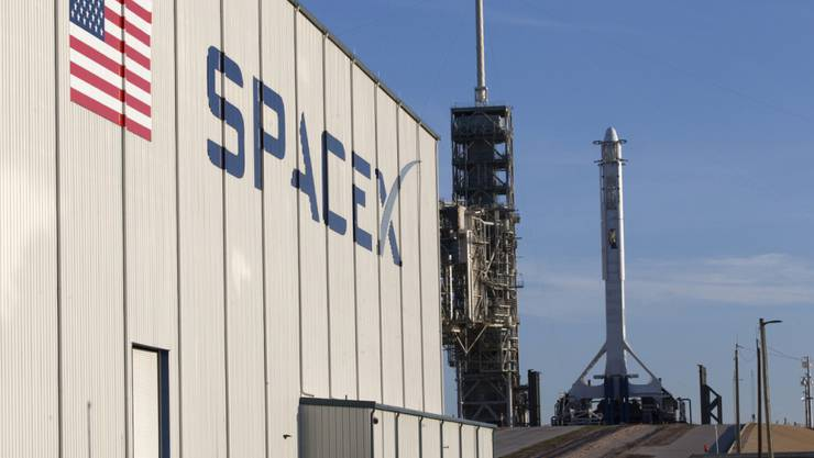 SpaceX-Gebäude und Rakete auf dem Weltraumbahnhof Cape Canaveral in Florida. (Archivbild)