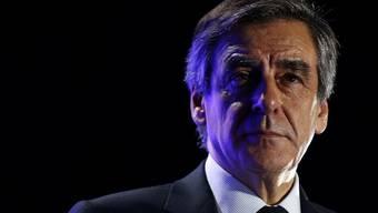 Sein Rückhalt bei den französischen Konservativen wird zunehmend schwächer: Präsidentschaftskandidat François Fillon. Am Freitag warf sein Sprecher das Handtuch. Zudem gab  Ex-Premierminister Alain Juppé bekannt, jetzt doch als möglicher Ersatzkandidat bereitzustehen.
