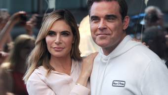 Was für eine Überraschung: Popstar Robbie Williams und seine Frau Ayda Field sind zum dritten Mal Eltern geworden. Ihre Tochter kam mit Hilfe einer Leihmutter zur Welt. (Archivbild)