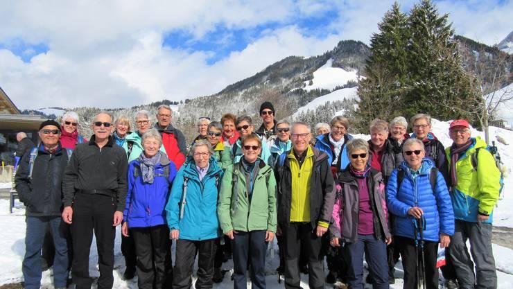 Gruppenfoto vor dem vereisten Schwarzsee