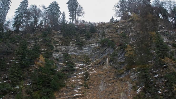 Über diese Felswand stürzte der Asylbewerber in den Tod.