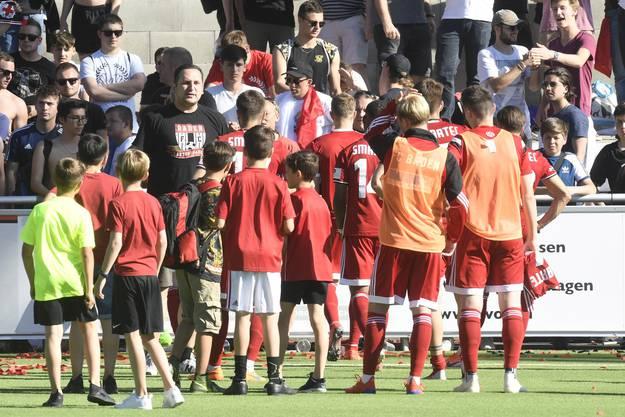 Nach der ansonsten überaus gut gelaufenen Saison verabschieden sich Badens Spieler von den treuen Fans.