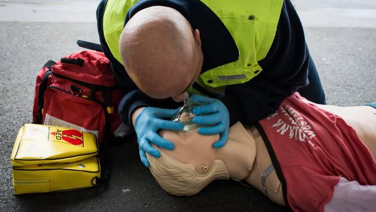 Ein First Responder leistet erste Hilfe bis zum Eintreffen der Rettungssanitäter.