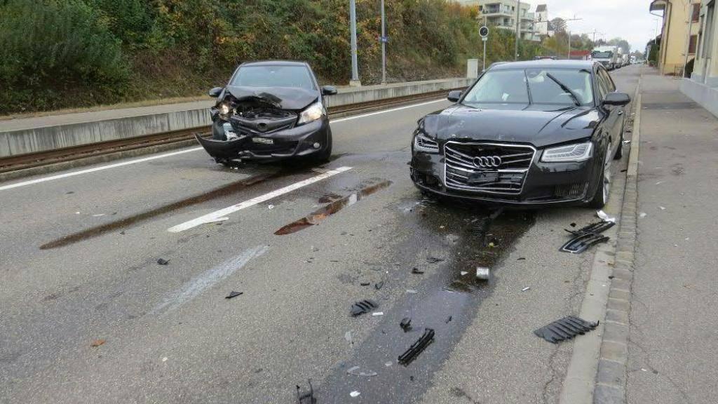 Frontalkollision: Der Lenker des rechten Autos war am Steuer kurz eingenickt.