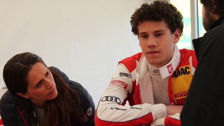 Senta Feller (l.) beobachtet ihren Sohn Ricardo (M.) während eines Interviews