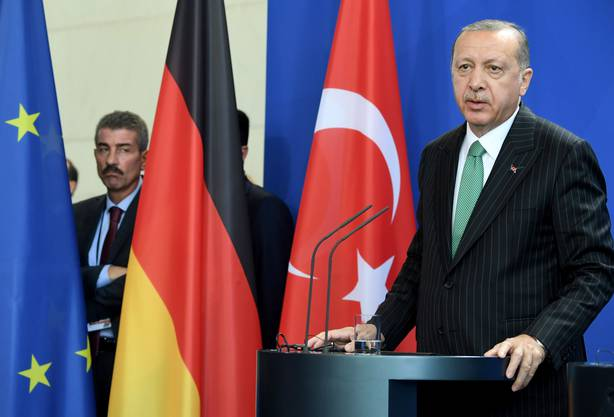 """Es gebe weiterhin """"tiefgreifende Differenzen"""", sagte die CDU-Politikerin bei der gemeinsamen Pressekonferenz mit Erdogan am Freitag in Berlin."""