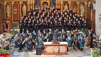 Nicht nur das Bild mit den vier Chören und dem Blasorchester war beeindruckend, sondern insbesondere auch das, was geboten wurde.