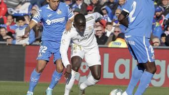 Real Madrids Ferland Mendy im Zweikampf mit zwei Verteidigern von Getafe