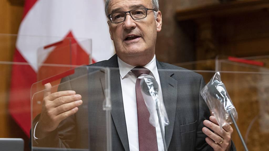 Wirtschaftsminister Guy Parmelin legte am Freitag die Argumente des Bundesrats gegen die Kriegsgeschäfte-Initiative dar. (Archivbild)