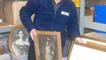 Konservator Thomas Frei mit Bildern aus dem Schloss-Archiv: Ein Teil wird im Kornhaus zu sehen sein. Foto: TB