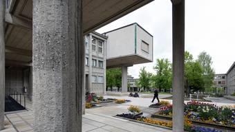 Auf dem Gelände der Uni Fribourg soll bald wieder Normalbetrieb herrschen.