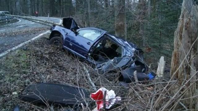 Glück im Unglück hatte der 18-jährige Neulenker (Bild: Zuger Polizei)