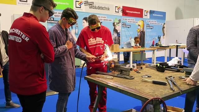 Die Schlieremer Sekundarschüler zeigen an der Zürcher Berufsmesse grosses Interesse am Stand der Gebäudetechnik.