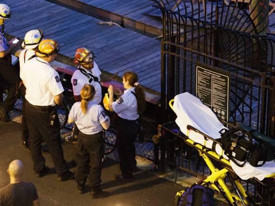 Rettungskräfte am Hudson River. Der Pilot konnte nach dem Flugzeugabsturz nur noch tot aus dem Fluss geborgen werden.