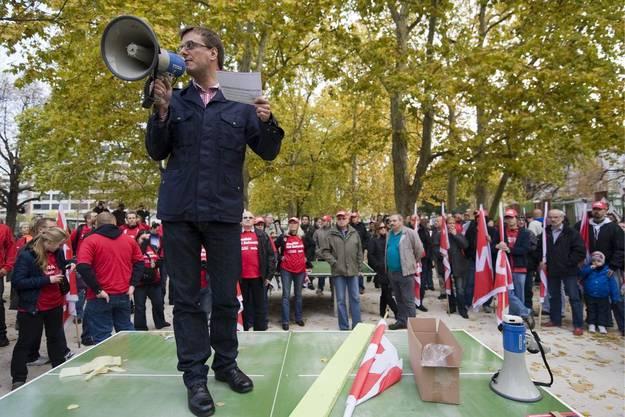 Derweil demonstrieren 1000 Menschen gegen die Entlassungen bei Novartis.