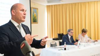 Finanzdirektor Anton Lauber (links) bei der Präsentation des Budgets 2017.