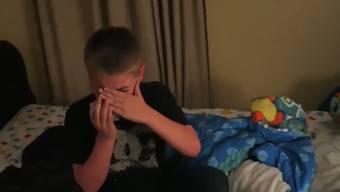 Youtuber Philip DeFranco kritisiert im April dieses Jahres den Youtube-Kanal der Eltern. Er zeigt mehrere Ausschnitte aus den Videos – darunter auch den «Streich» mit der unsichtbaren Tinte (ab Minute 00:54).