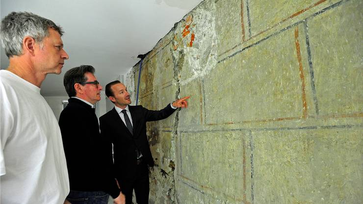 Maler Bruno Krüttli, Restaurator Christian Marty und Heiko Dobler von der Denkmalpflege (v.l.) vor der freigelegten Quadermalerei.
