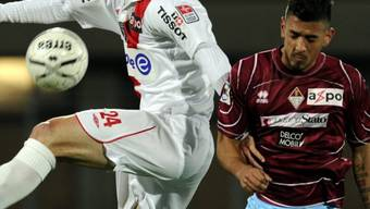 Frédéric Page (l) und Frank Feltscher kämpfen um den Ball