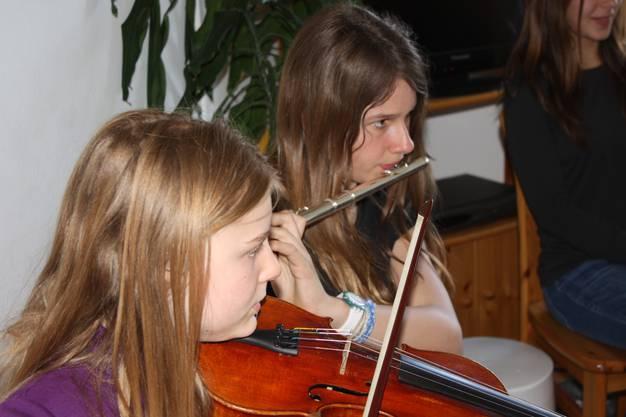 Die Schülerinnen und Schüler musizieren fleissig