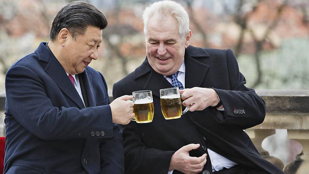 Der chinesische Präsident Xi Jinping und sein tschechischer Amtskollege Milos Zeman stossen an.