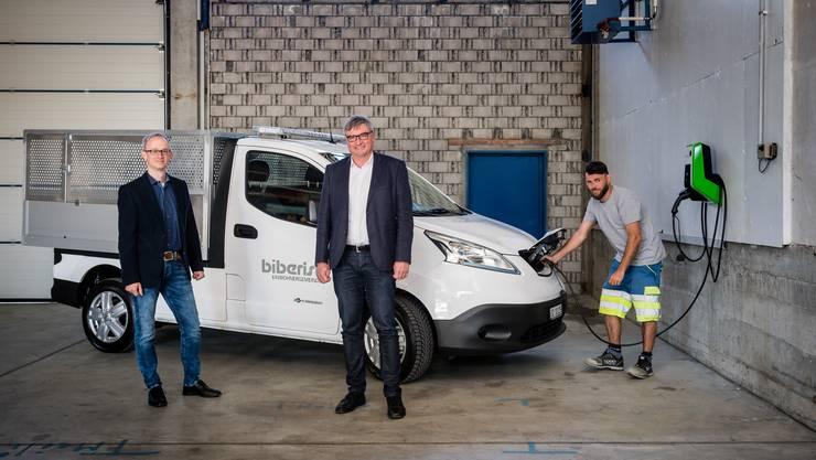 Markus Flatt (links, Verwaltungsratspräsident Energieversorgung Biberist), Gemeindepräsident Stefan Hug-Portmann und Werkhofmitarbeiter Ilmi Shaqiri freuen sich über das Elektrofahrzeug.