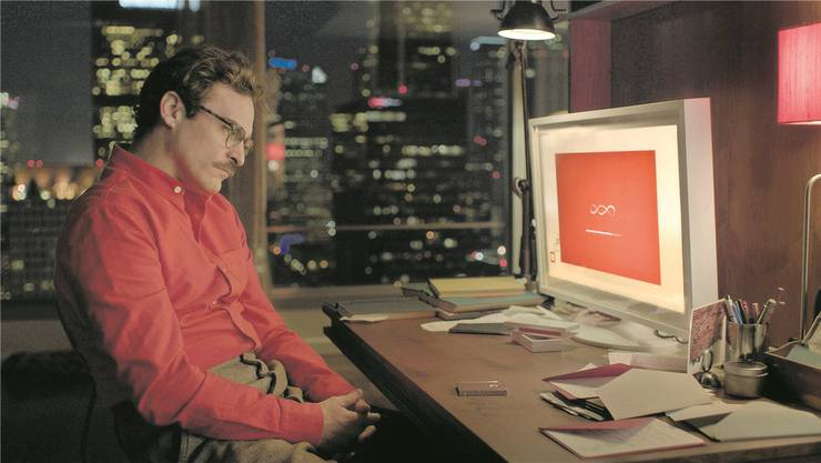 Im Science-Fiction-Drama «Her» (2013) verliebt sich Protagonist Theodore  (Joaquin Phoenix) in ein intelligentes Betriebssystem.
