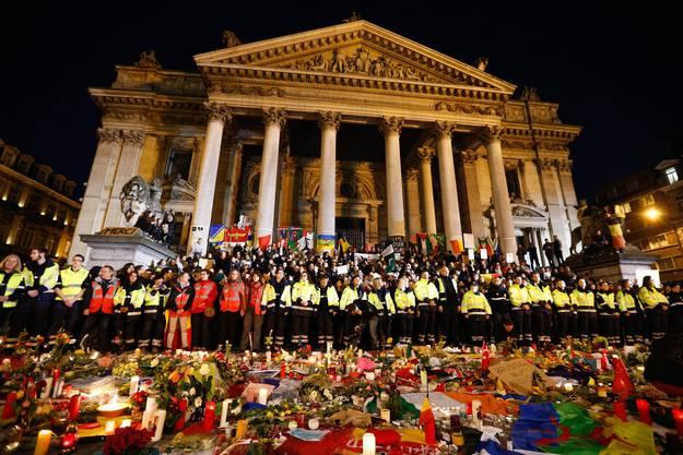Nothelfer beobachten am Karfreitag eine Schweigeminute für die beim Anschlag getöteten Menschen. Place de la Bourse in Brüssel.