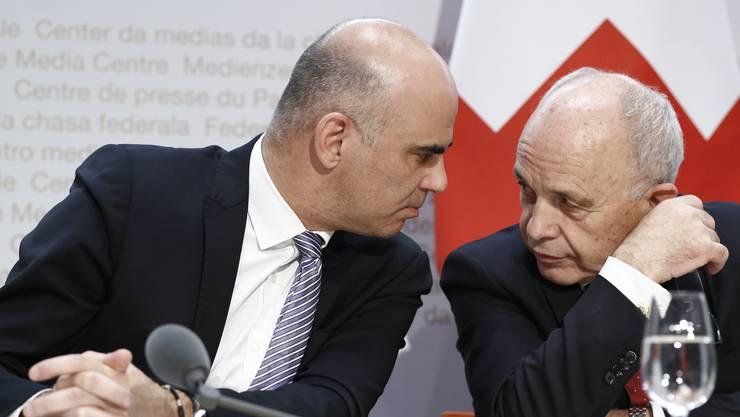 Der amtierende Bundespräsident Alain Berset im Gespräch mit seinem Nachfolger Ueli Maurer.