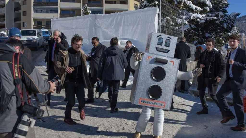 Der tanzende Roboter auf der Davoser Promenade hat am Donnerstag für die Initiative für ein bedingungsloses Grundeinkommen geworben.