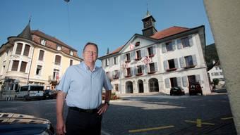 Seit über zwanzig Jahren fest im Sattel: Maxime Zuber, Stadtpräsident von Moutier, vor dem Hôtel de Ville (Mitte). Die Berner Flagge weht schon länger nicht mehr.
