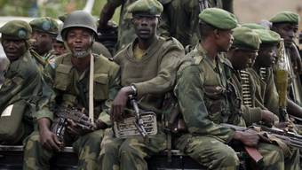 Kongolesische Regierungssoldaten auf einem Pick-up