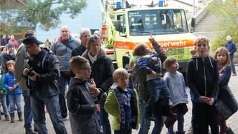 Gross und Klein bestaunte die Löschaktion der Feuerwehr Oetwil-Geroldswil.