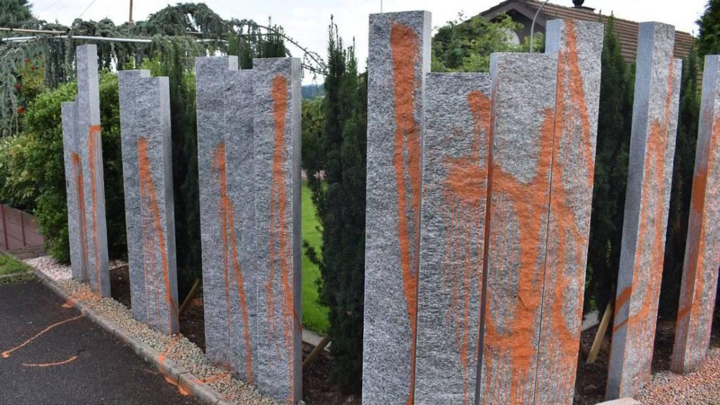 Steinpalisade in Ebikon erneut mit Farbe verunstaltet