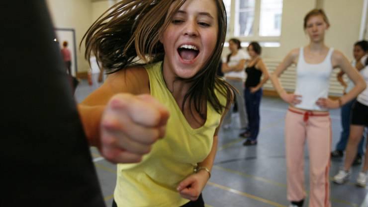 Geht es nach den Motionärinnen, finden in den Turnhallen der Basler Schulhäuser künftig auch Selbstverteidigungskurse statt.
