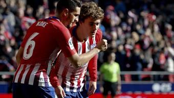 Atléticos Stürmerstar Antoine Griezmann (rechts) feiert zusammen mit Teamkollege Koke sein Penaltytor im Heimspiel gegen Levante