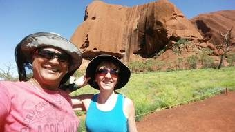 Karina Fenner und ihr Partner Anand Roodur vor dem Uluru in Australien.