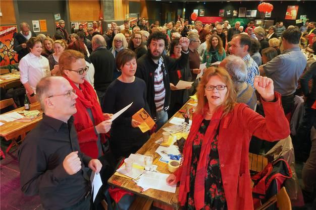 «Wacht auf, Verdammte dieser Erde!» – Genossen (vorne links im Bild Redner Max Chopard) beim Singen der Internationalen am 1. Mai in der Schützi. Bruno Kissling