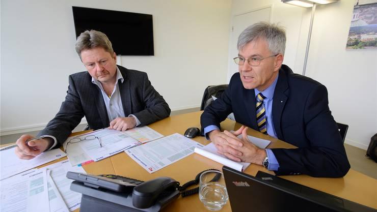 Daniel Siegenthaler (l.) und Donatus Hürzeler geben     am Steuertelefon der az Solothurner Zeitung und des az Grenchner Tagblatts Auskunft.