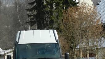 Der Ortsbus unterwegs bei der Probefahrt auf Oensinger Quartierstrassen, aufgenommen im April dieses Jahres. wak