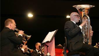 Virtuoser Solist: Reto Distel brilliert auf seiner schwerfällig wirkenden Tuba am Konzert der Brass Band Fricktal in Gipf-Oberfrick. – Foto: pro
