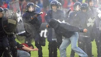 Basler Chaoten aus der Muttenzerkurve greifen die Polizei an (Archiv)