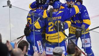 Zwei Spiele, sechs Punkte: die Spieler des HC Davos feiern ein sportlich perfektes Wochenende