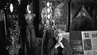 HR Giger, umgeben von seinen Skulpturen und Gemälden