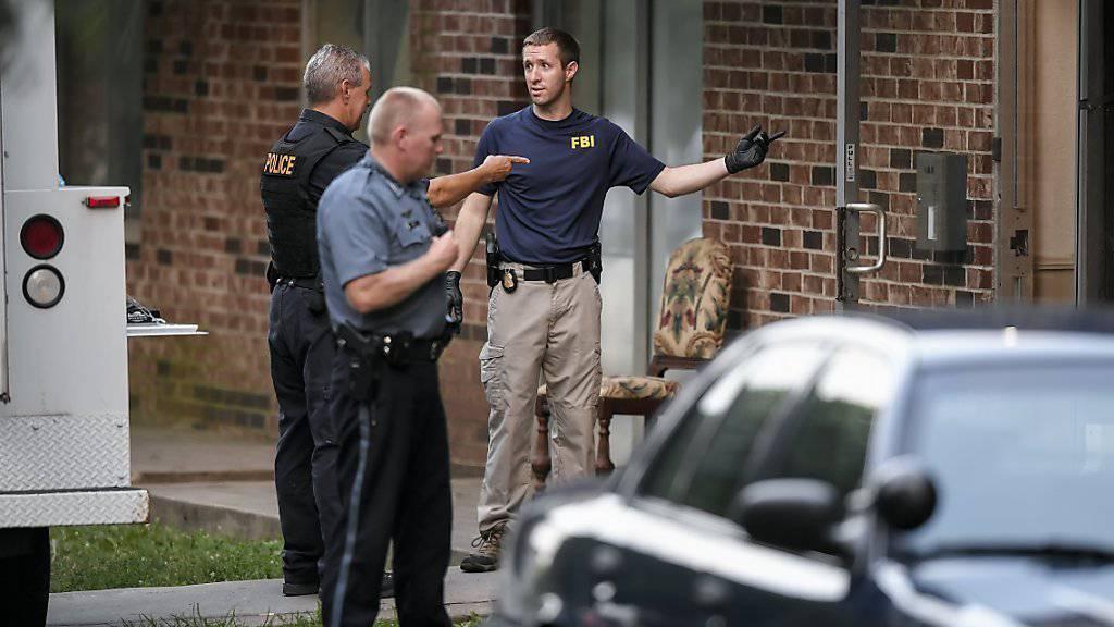 Ermittler nehmen nach dem tödlichen Angriff auf Polizisten in den USA eine Wohnung in Kansas City unter die Lupe, von wo der mutmassliche Täter stammen soll.
